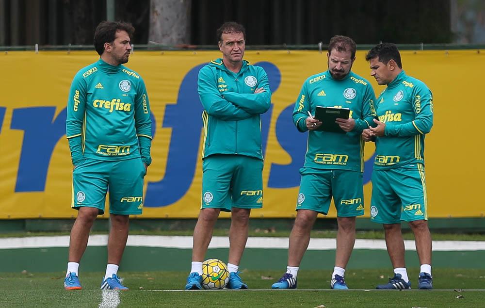 O observador técnico Daniel, o técnico Cuca e os auxiliares técnicos Cuquinha e Eudes (E/D) , da SE Palmeiras, durante treinamento, na Academia de Futebol.